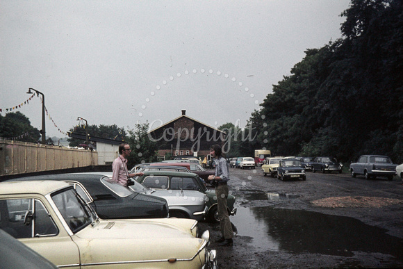 GHT10353 - UK    at Maidenhead - 15-07-1973 - TFD & REF chat in rain in carpark (TFDavis & REFrancis)  - G H Taylor